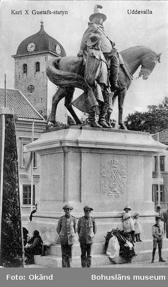 "Tryckt text på vykortets framsida: ""Carl X Gustafs statyn Uddevalla"".  ::"