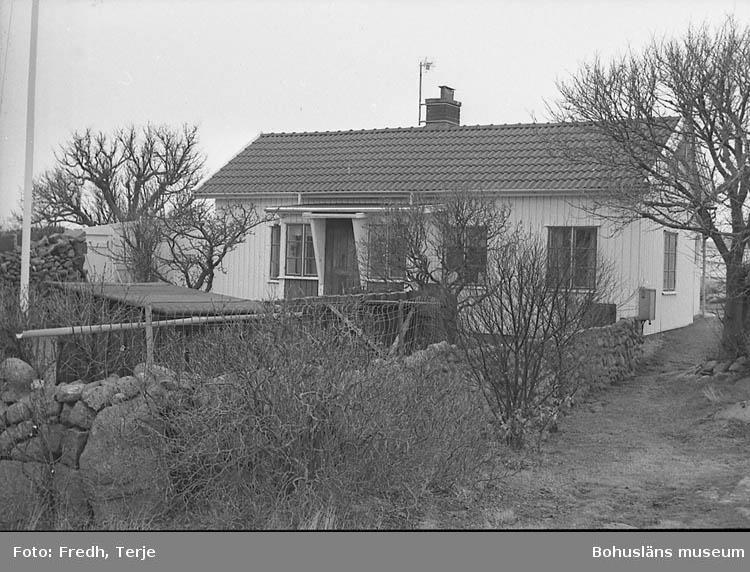 """Enligt fotografens notering: """"Sista bostadshuset på Rinkenäs i Lysekil. Byggt kring 1900 på Grundsund flyttades till Rinkenäs (mitt emot norra hamnen) beboddes av bl.a. Johannes Scherman och Teodor Oskarsson. Idag ägs huset av Stig Larsson. Kvar 1992 fanns bl.a. stupränna av trästock. Rinkenäs beskrivs i Vikarvets årsbok för 1992 av Arvid och Öster Sandell""""."""