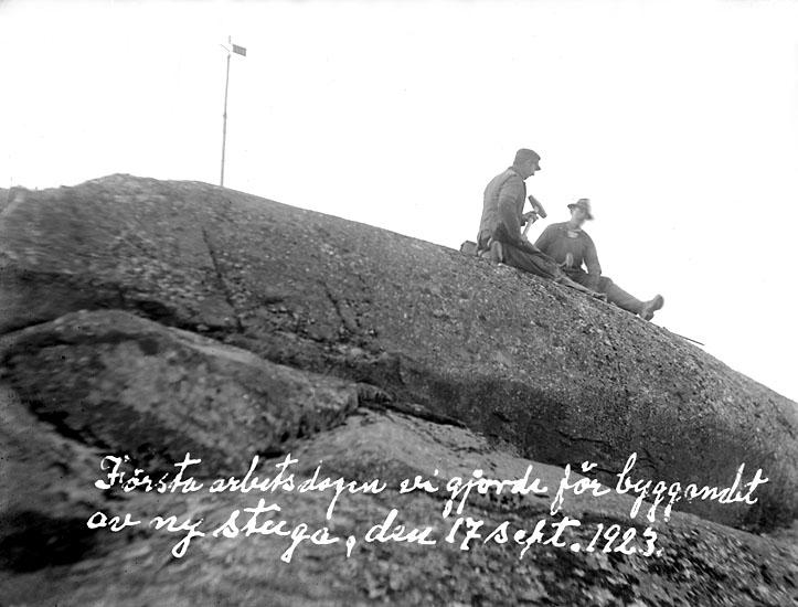 """Enligt noteringar på fotot: """"Första arbetsdagen vi gjorde för byggandet av ny stuga, den 17 sept. 1923. Johan och Verner?""""."""