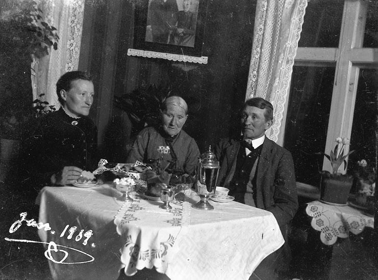 """Enligt notering: """"Vid kaffebordet, jan 1919, Gerda, Johan Jacobsson, Vidingen""""."""
