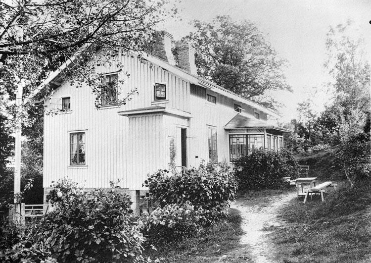 """Enligt fotografens noteringar: """"Möe, Pastor W. Wallins bostad hans första hem här i Foss."""""""