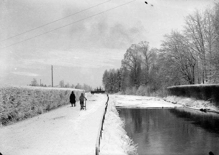"Enligt fotografens noteringar: ""Kanalen Munkedals vid Munkedals Fabrik. Vinter...?."""