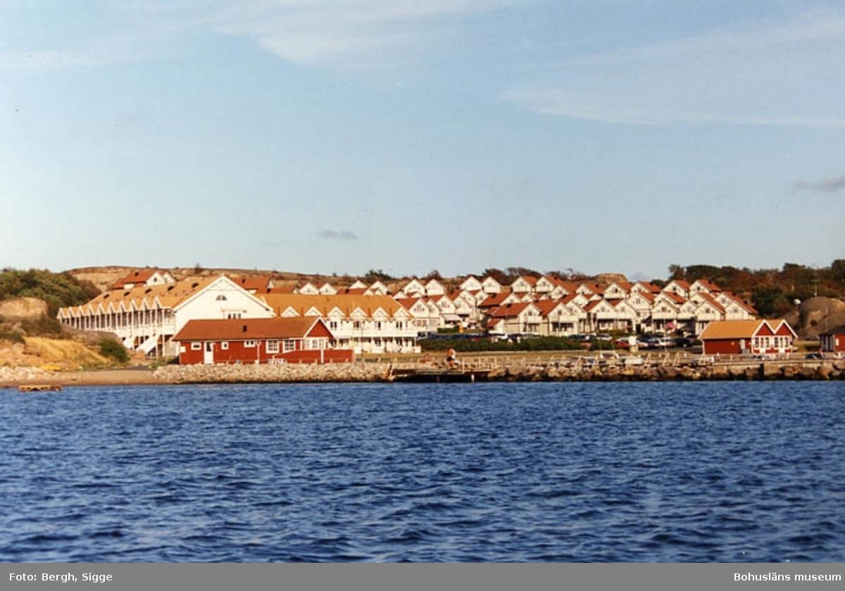 """Enligt text på fotot: """"Ödby ö sommarstugor för sommargäster strax söder Hunnebostrand""""."""