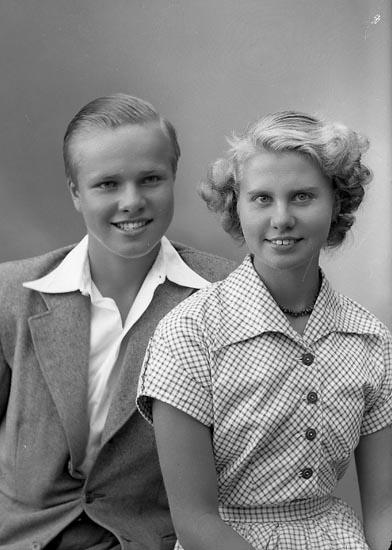 """Enligt fotografens journal nr 7 1944-1950: """"Strandberg, Fr. Birgit o Herr Ingvar Här""""."""