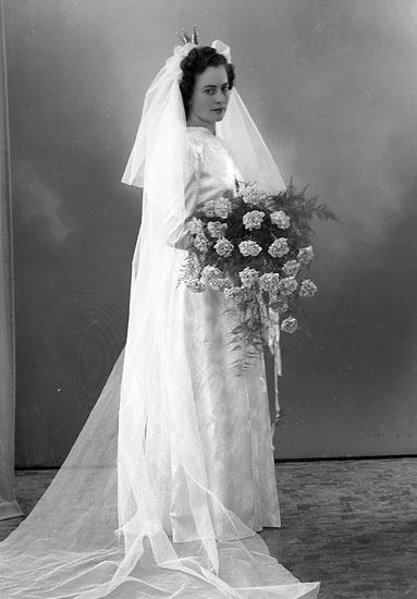 """Enligt fotografens journal nr 7 1944-1950: """"Edvall, Bispgården Bispfors bruden""""."""