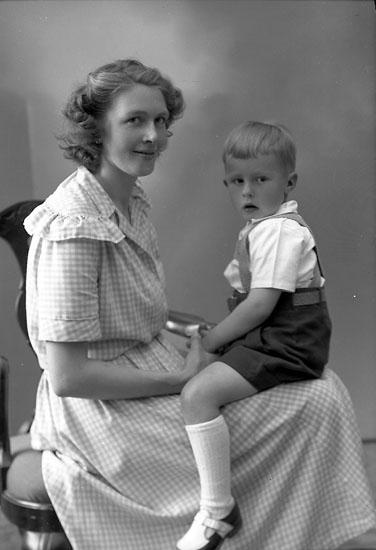 """Enligt fotografens journal nr 7 1944-1950: """"Svensson, Fru Gertrud Uppegård Här""""."""
