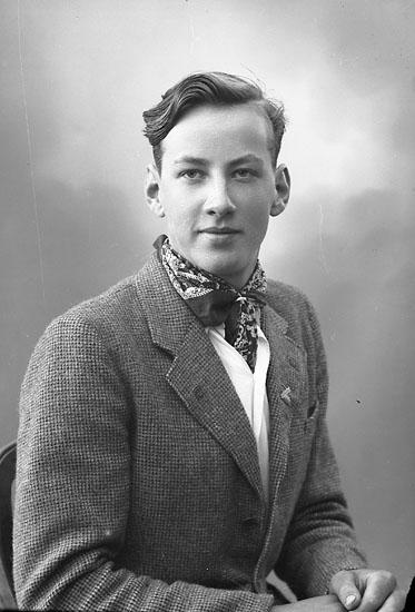 """Enligt fotografens journal nr 7 1944-1950: """"Ahlqvist, Jerry Stenungsund""""."""