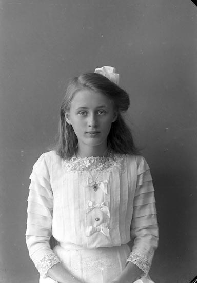 """Enligt fotografens notering: """"Gunhild Carlsson, Ranehög Jörlanda""""."""