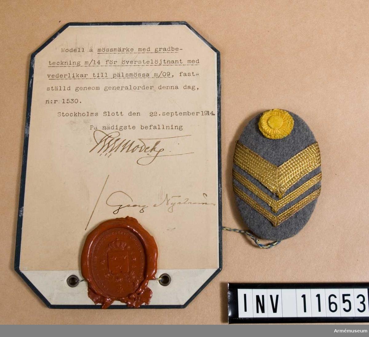 Grupp C I. Deposition från Arméförvaltningens intendenturförvaltning modellkammaren. Modell på mössmärke med gradbeteckning m/1914 för överstelöjtnant med vederlikar till pälsmössa m/1909.