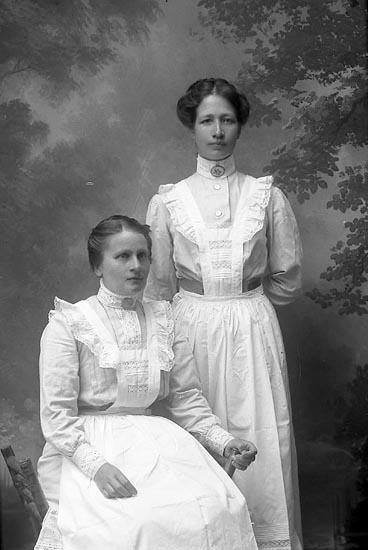 """Enligt fotografens journal Lyckorna 1909-1918: """"Andersson Gerda Berg Ljungskile""""."""