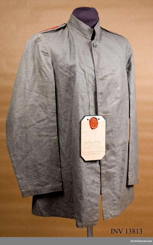 Grupp C I. Modell å stallrock m/1913 för manskap, fastställd genom g.o. n:o 457 den 26. april 1913.Med samhörande byxor. Deposition från Arméförvaltningens Intendenturdepartement, modellkammaren.