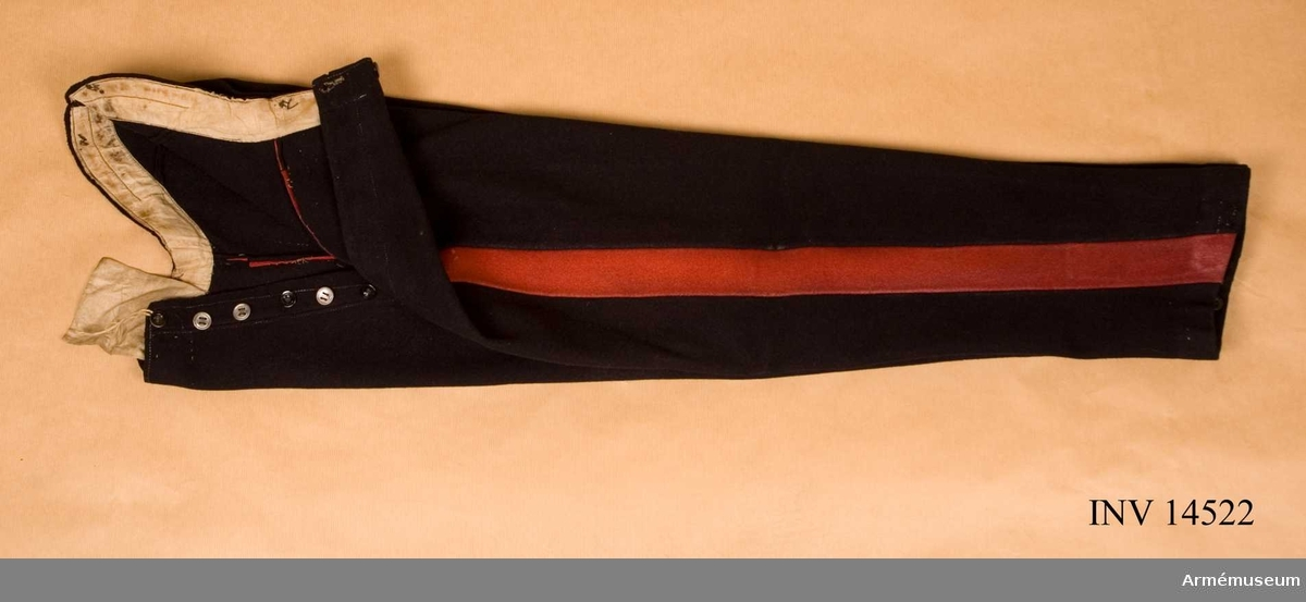 Grupp C I. Ännu i bruk 1913. Långbyxor av mörkblått kläde med revär av mörkrött kläde, 4,5 cm bred. På framsidan sprund med  järnknappar och för hängslen 6 st likadana. Foder av vitt linnetyg. På byxornas innersida (nedre del) finns för hällor  fyra järnknappar. Litteratur: Handbuch der Uniformkunde, Prof. R. Knötel, Hamburg 1937, sid 213: Artilleri. Ridande artilleri hade från år 1815 till första världskrigets början (1914) mörkblå dolma med byxor, i början av ljusblått, sedan av mörkblått kläde med röda revärer på sidorna. Die Heere und Flotten der Gegenwart, Grossbritanien und Irland, G. von Zepelin, 1897, Leipzig, sid 49: Uniform för ridande artilleri består av mörkblå dolma och samma byxor med breda röda revärer.