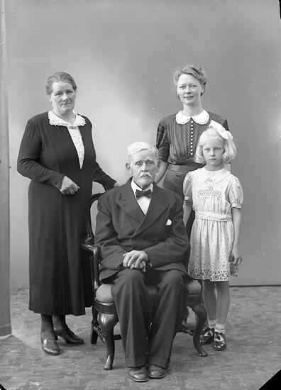 """Enligt fotografens journal nr 6 1930-1943: """"Olsson, Herr Hilmer Gullborga, Svenshögen""""."""