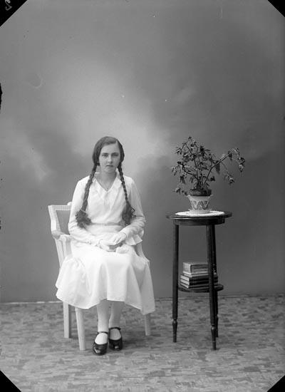"Enligt fotografens journal nr 6 1930-1943: ""Johansson, Inga-Lisa, Gamleberg, Ödsmål""."
