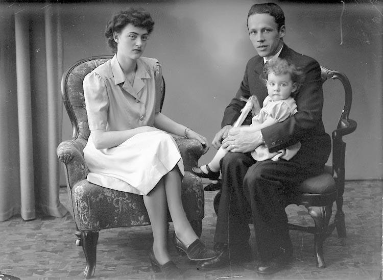 "Enligt fotografens journal nr 7 1944-1950: ""Olsson, Herr Göte Stenungsund""."
