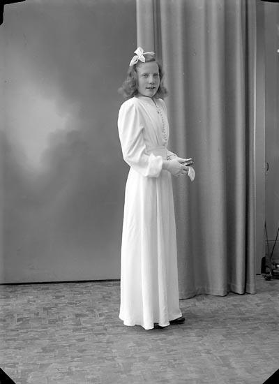 """Enligt fotografens journal nr 7 1944-1950: """"Oskarsson, Ingrid Krontofta Ödsmål""""."""