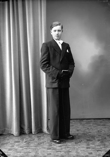 """Enligt fotografens journal nr 7 1944-1950: """"Olsson, Kurt Kyrkenorum Här""""."""