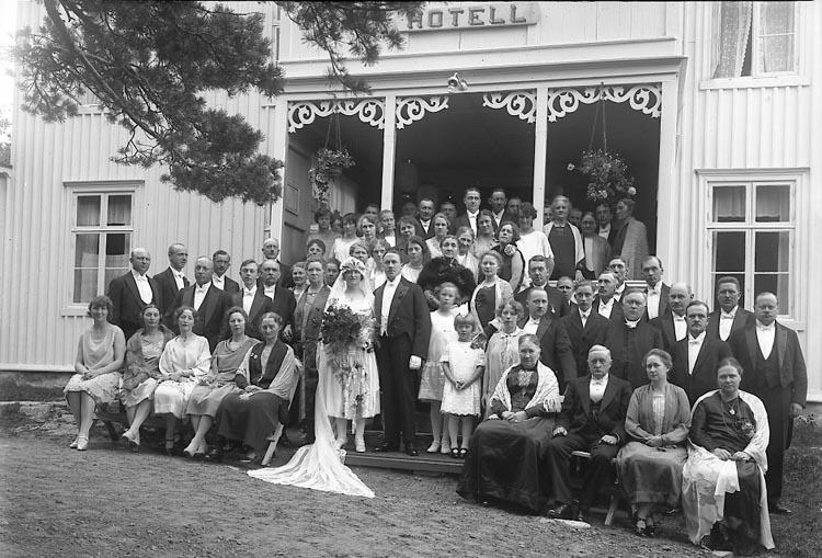 """Enligt fotografens journal nr 5 1923-1929: """"Rehnberg, Brudparet Hotellet Här""""."""