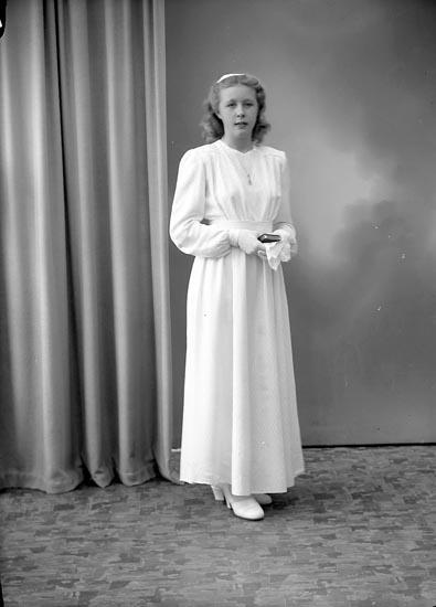 "Enligt fotografens journal nr 7 1944-1950: ""Svensson, Inger Kyrkeby Jörlanda""."