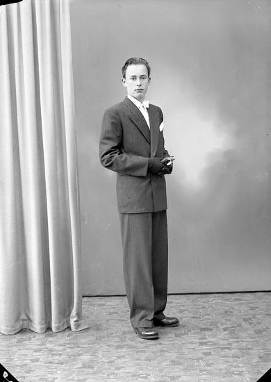 """Enligt fotografens journal nr 7 1944-1950: """"Hansson, Hans Hasselbacken Här""""."""