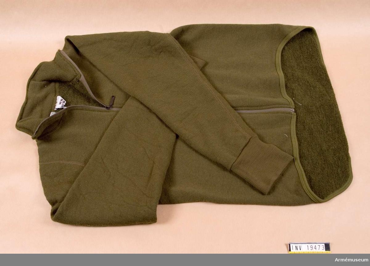 Den är mycket lätt och gjord i 60 % ull med frottéstickad insida. Förlängt bakstycke och förlängd ärm med tumgrepp. Finns  i 5 storlekar. Vattentvättas i högst 60 grader.
