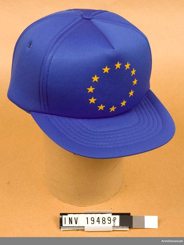 Mössa.Bengt Kullgard var monitor i EG:s övervakningsstyrka i Jugoslavien (ECMM) under tiden 1991-09-09--12-08. Han och Agneta Bohman från UD var de första svenska EG-observatörerna från Sverige. Mössan är tillverkad av blå nylon belagd med skumgummi. Mössan har en skärm. Framtill på mössan 12 gula stjärnor i ring dvs det enade europas symbol. Baktill regleras storleken med plasthake.