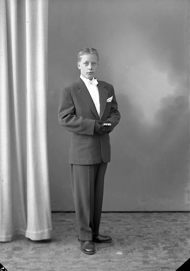 "Enligt fotografens journal nr 8 1951-1957: ""Rasmusson, Röd Ödsmål"". Enligt fotografens notering: ""Stig Rasmusson Röd Ödsmål""."