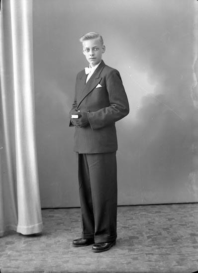 "Enligt fotografens journal nr 8 1951-1957: ""Berntsson, Helge Stripplekärr Ödsmål""."