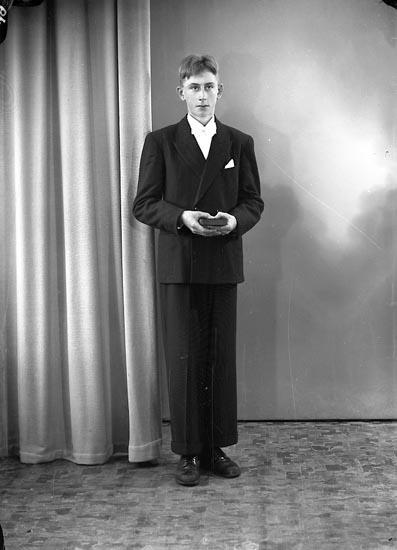 "Enligt fotografens journal nr 8 1951-1957: ""Johansson, Lennart Vråland Brattorp, Svanesund""."