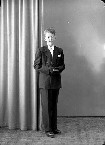 "Enligt fotografens journal nr 8 1951-1957: ""Hansson, Lennart Panneröd Ödsmål""."