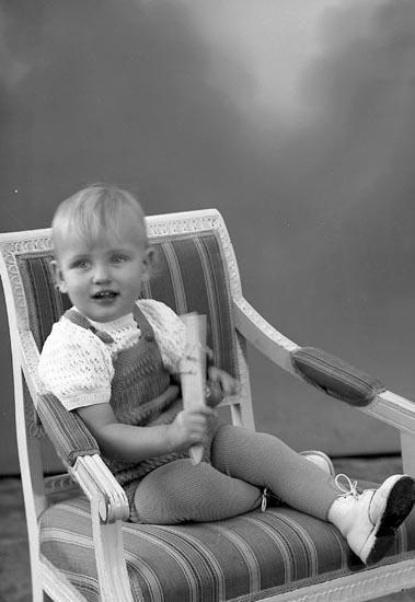 "Enligt fotografens journal nr 8 1951-1957: ""Andersson, Kenneth, Jörlanda""."