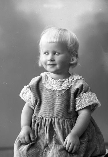 """Enligt fotografens journal nr 5 1923-1929: """"Högvall, Käth Här""""."""