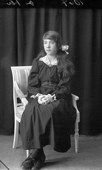 """Enligt fotografens journal Lyckorna 1909-1918: """"Alfhild Andersson, Tönn Ljungskile""""."""