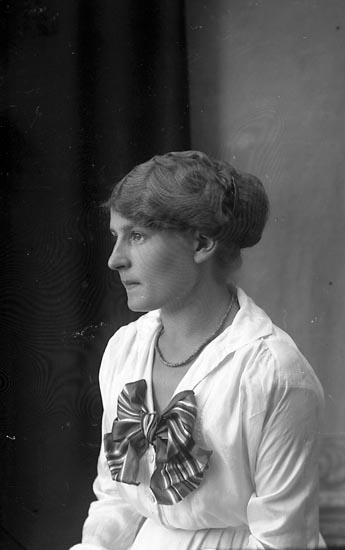 """Enligt fotografens journal Lyckorna 1909-1918: """"Klara Gustafsson Lyckorna""""."""