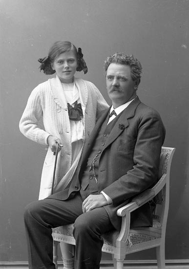 "Enligt fotografens journal nr 2 1909-1915: ""Månsson, Greta Månsbo"". Enligt fotografens notering: ""Greta Månsson och Herr Lyckholm""."