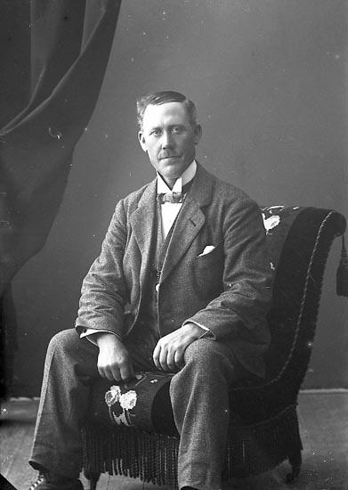 """Enligt fotografens journal nr 4 1918-1922: """"Larsson, Karl Krokslycke, Spekeröd""""."""