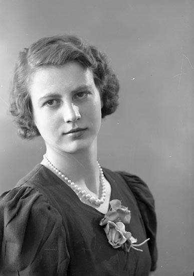 """Enligt fotografens journal nr 6 1930-1943: """"Larsson, Fr. Märta Stenungs gård""""."""