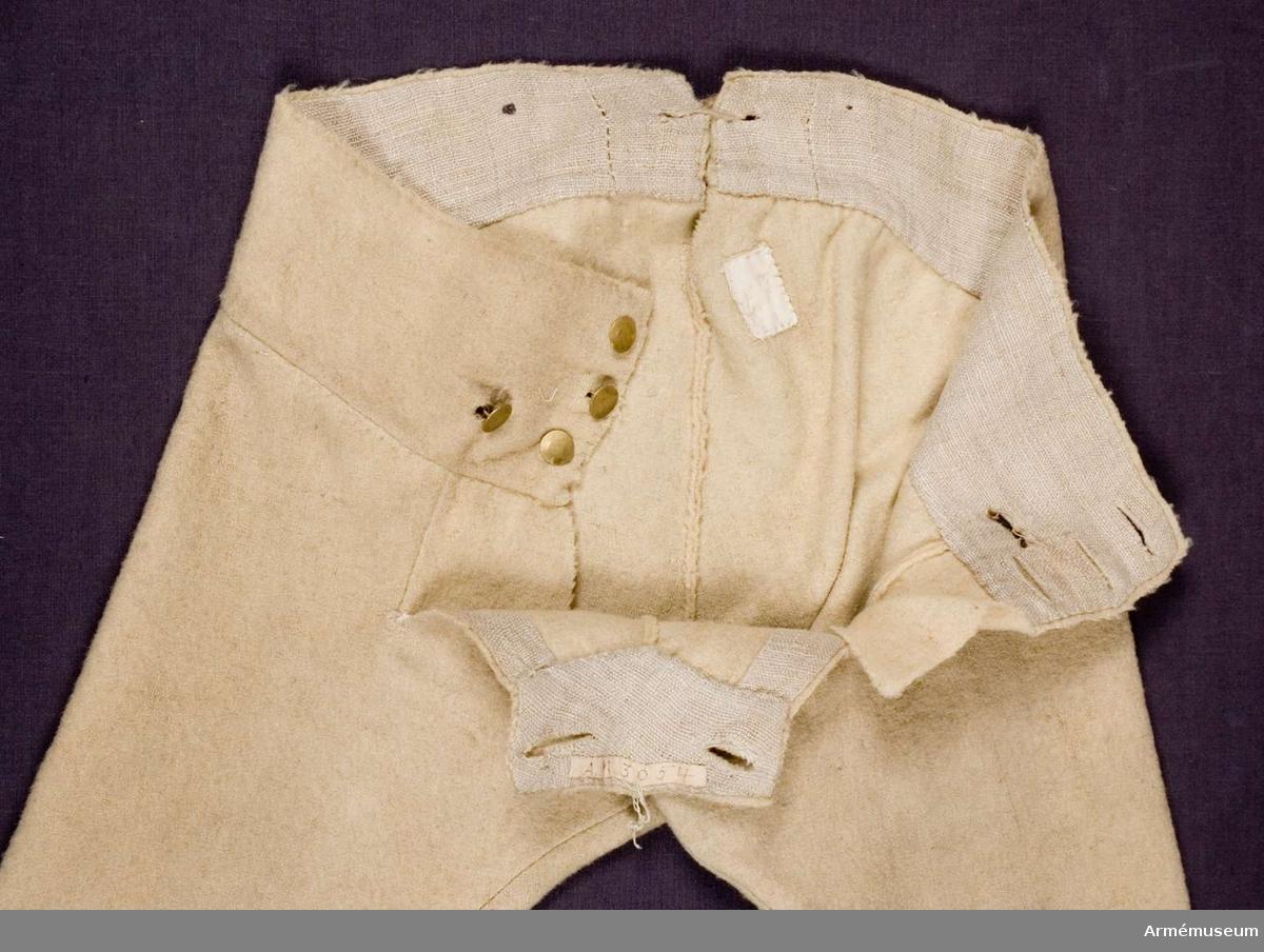 Grupp C I. Knäbyxor, vita. Ur uniform för spel, Hälsinge regemente. 1765-79. Består av rock, väst, knäbyxor, hatt, skor, strumpor, strumpeband, halsduk, trumma med rem, trumstockar, livgehäng, huggare. PUBL  AMV Med. XX, sida 49.