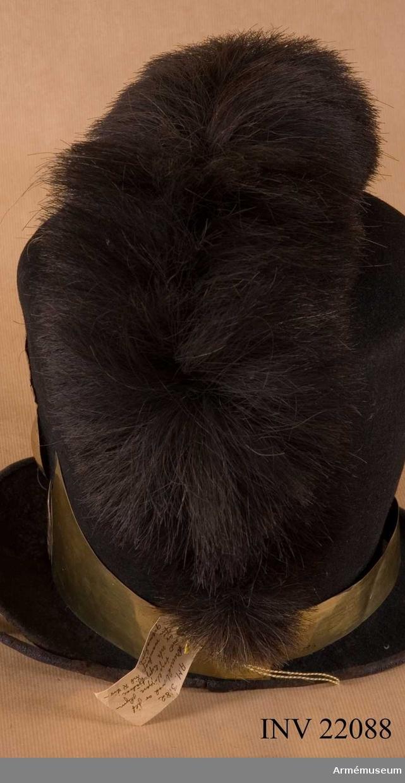 .Grupp C I Tagelliggare till  tschakå Ur uniform fastställd 1814, för manskap vid Första och Andra Livgrenadjärreg:a 1816-31. Består av jacka, epåletter, byxor, huvudbonad, tagelliggare, plym, skor, damasker, skärp, patronkök, bandolärrem, axel- gehäng t huggare.