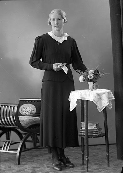 """Enligt fotografens journal nr 6 1930-1943: """"Johansson, Karin Krossen, Hjälteby""""."""
