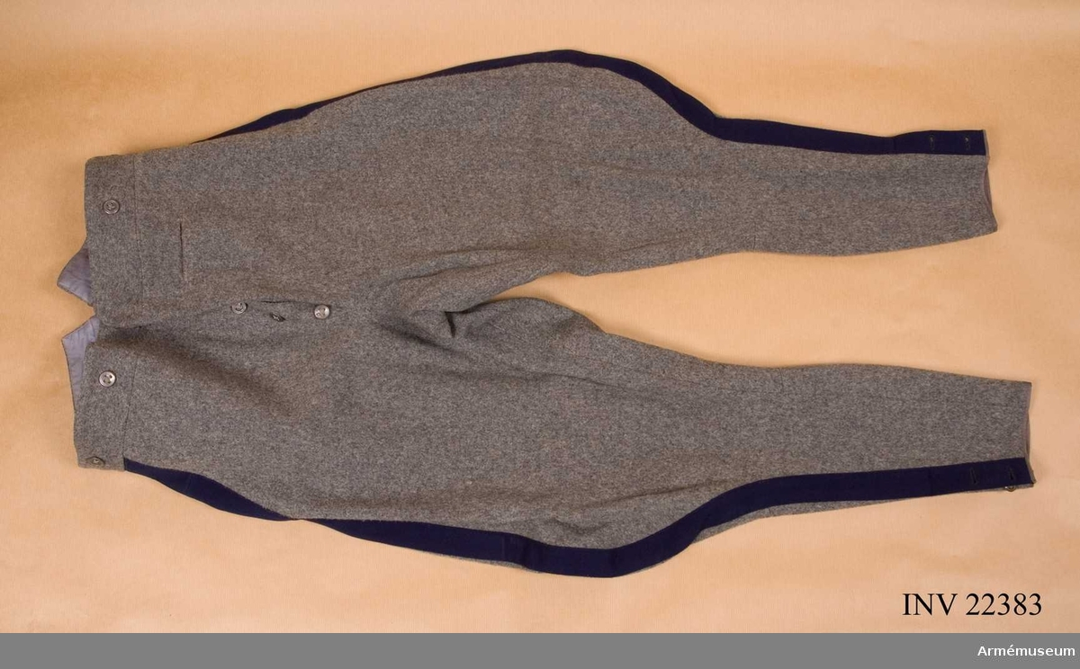 Grupp C I. Ur uniform för officer vid Första livgrenadjärregementet. Består av vapenrock m/1910, ridbyxor, hatt, band t orden.