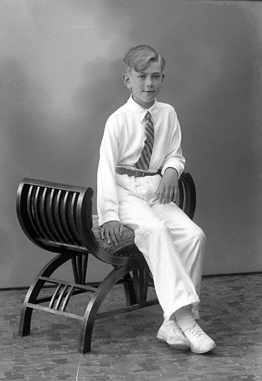 """Enligt fotografens journal nr 6 1930-1943: """"Börjesson, Uno Högenorum Här""""."""