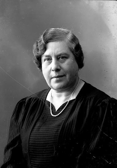 """Enligt fotografens journal nr 6 1930-1943: """"Norberg, Fru Rektorskan Alingsås"""". Enligt fotografens notering: """"Rektorskan Fru Ellen Norberg, Alingsås""""."""