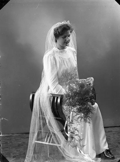 """Enligt fotografens journal nr 6 1930-1943: """"Ågren, Herr Karl Backa Backamo"""". Enligt fotografens notering: """"Fru Ethel Ågren Backa, Backamo""""."""