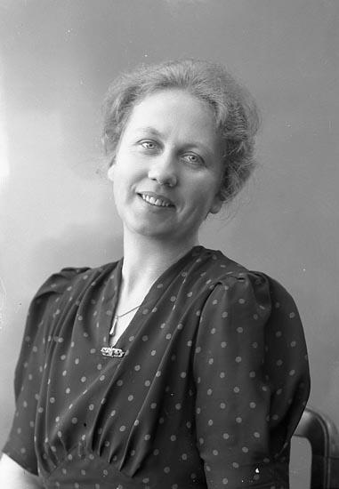 """Enligt fotografens journal nr 6 1930-1943: """"Carlsson, Fr. Greta Här""""."""