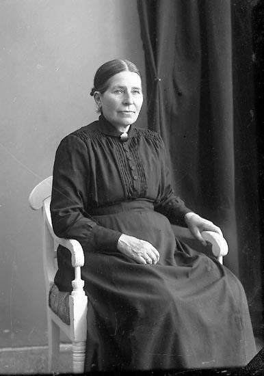 """Enligt fotografens journal nr 4 1918-1922: """"Johansson, Beata Varekilsnäs Varekil""""."""