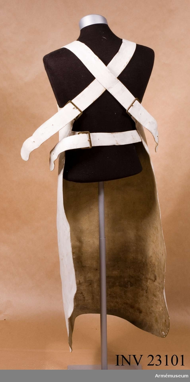 Grupp C I.  Ur uniform för timmermän sammansatt av persedlar från olika regementen. Består av kappa, förkläde, byxor, mössa, handskar, skor, damasker, patronkök, bandolär, gehäng, handrem, yxa. Timmermansförkläde enl. Go 10/7 1829, infanteri allmänt.