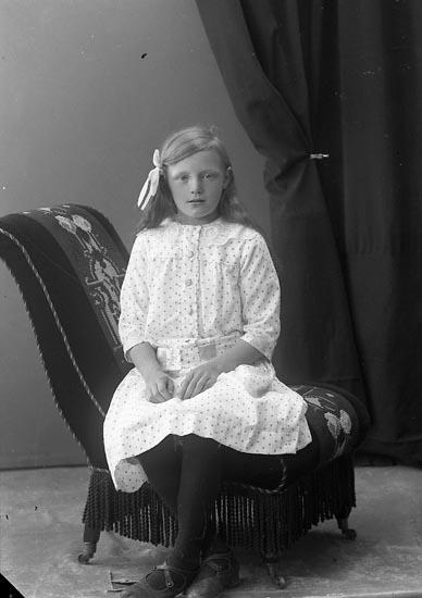 "Enligt fotografens journal nr 4 1918-1922: ""Rutgersson, Ragnhild St. Askerön Här""."