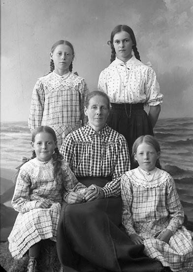 """Enligt fotografens journal nr 4 1918-1922: """"Svensson, Selma S. Houg Här""""."""