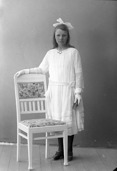 """Enligt fotografens journal nr 4 1918-1922: """"Johansson, Astrid Näs Änghagen, Ödsmål""""."""